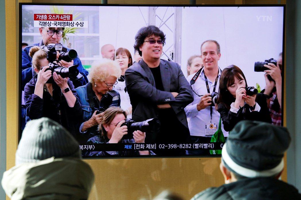 韓國民眾也關心「寄生上流」進軍奧斯卡結果,透過電視播映了解最新進度。圖/路透