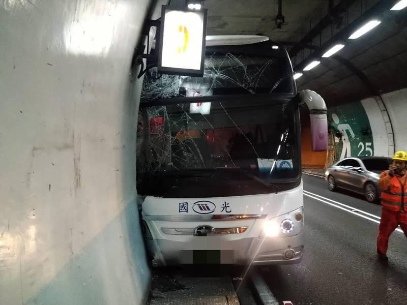 國5雪隧內一輛國光客運疑似因司機身體不適,撞上避車道,駕駛重傷昏迷,5乘客輕傷。 圖/消防局提供