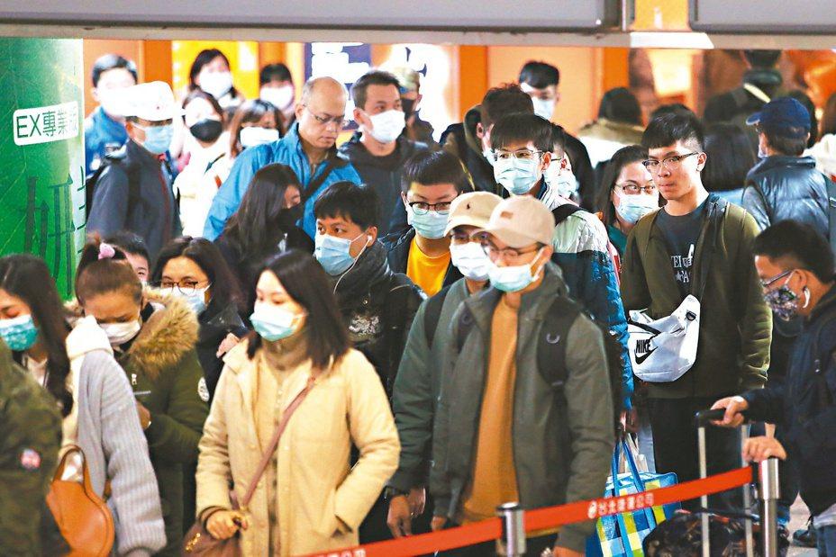 武漢肺炎疫情升溫,民眾紛紛戴上口罩自保。  圖/本報資料照片