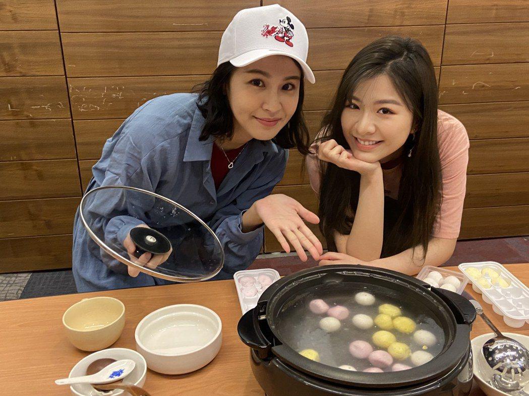 曾沛慈(左)、關詩敏聯手慶元宵,下廚犒賞辛苦同仁。圖/亞神提供