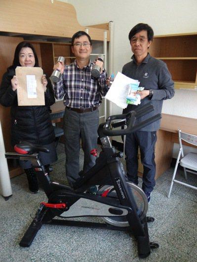 雲林縣虎尾科技大學的隔離房提供完善設備和防疫包之外,還有運動器材可供隔離的學生在房內運動。記者蔡維斌/攝影