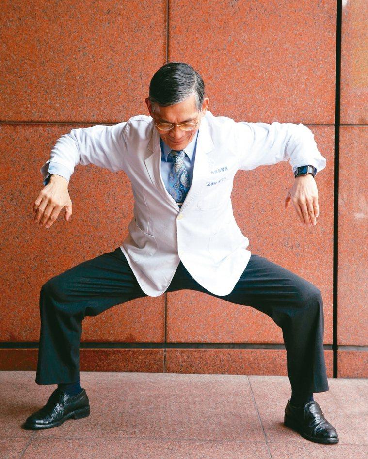 【炎】發體熱要細驗雙腳打開雙膝微彎,雙手從頭兩旁往上散發,再向旁跨開大步身體...