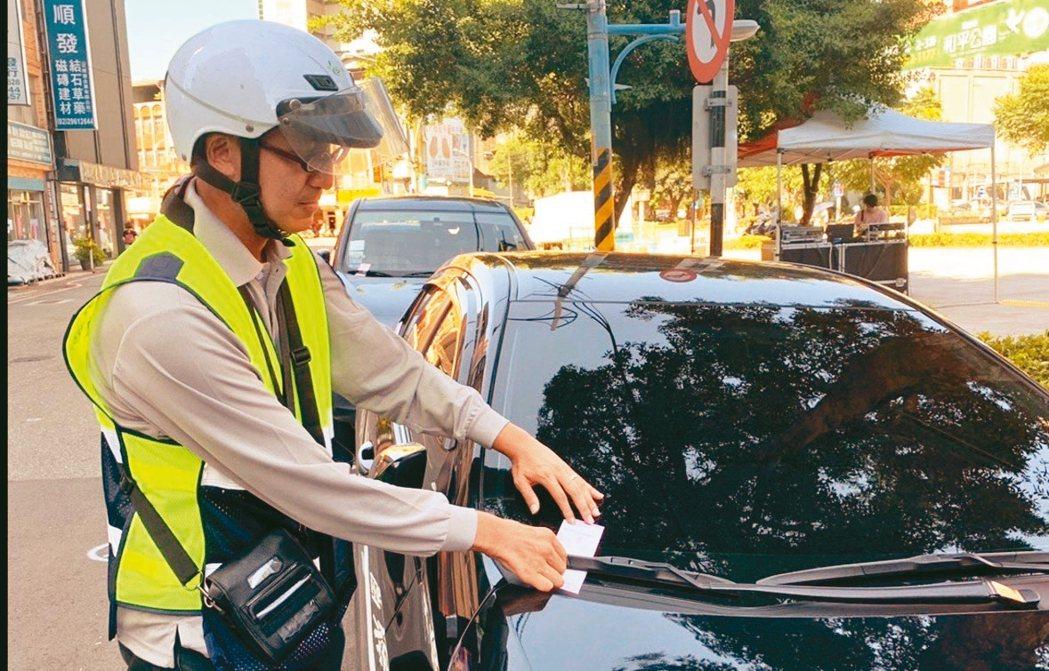 新北路邊停車今起透過eTag聯名銀行信用卡,即可支付停車費。 記者張曼蘋/攝影