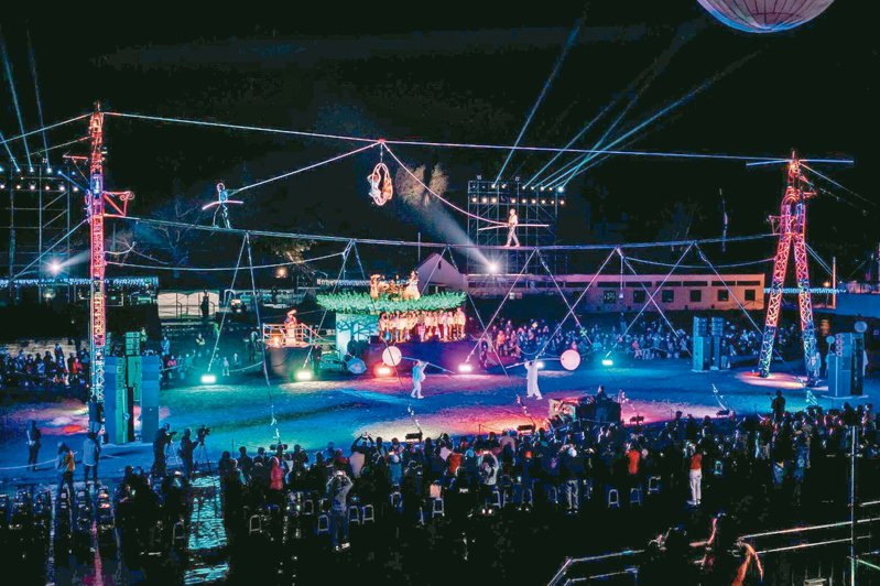 台灣燈會高空特技表演,吸引人潮。 圖/台中市文化局提供