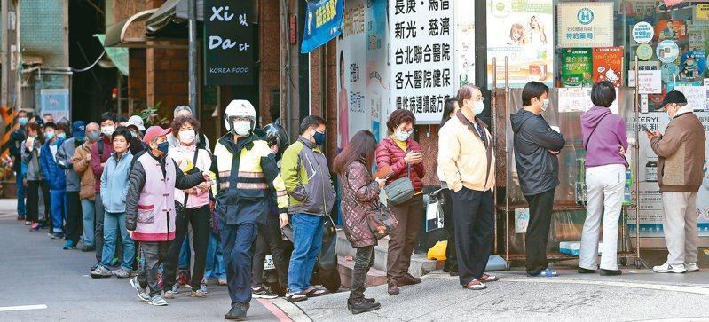 近日有人分享在新竹一名員警看到有婆婆因只帶身分證而不能領口罩,便將自己的口罩給她用的暖心舉動。示意圖,非新聞當事者。圖/聯合報系資料照片