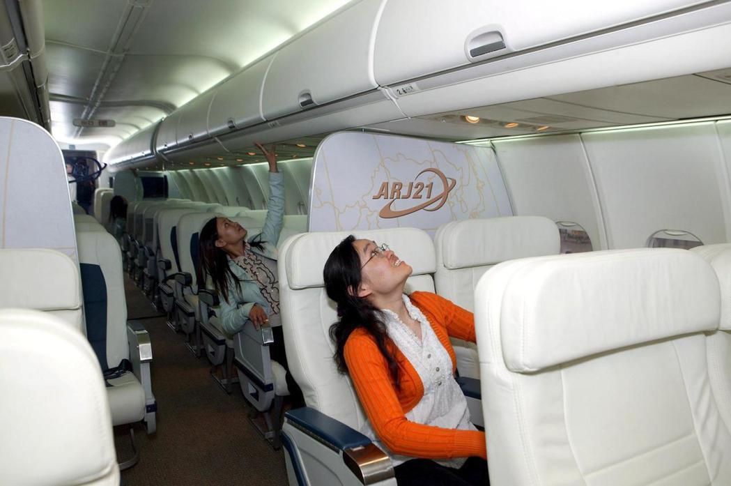 專家建議,飛機的冷氣出風口如果在頭頂上,最好調整風向不要朝臉部直吹。 (歐新社)