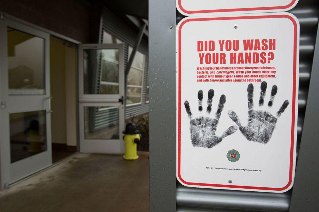 旅行時想避免感染呼吸道疾病,勤洗手是最有效方法。圖為美國華盛頓州巡警消防訓練學院...
