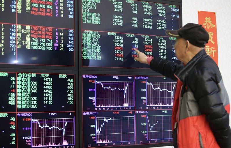 台股昨天一早開盤呈現上下震盪,投資人指著個股表現與其他人討論。記者許正宏/攝影