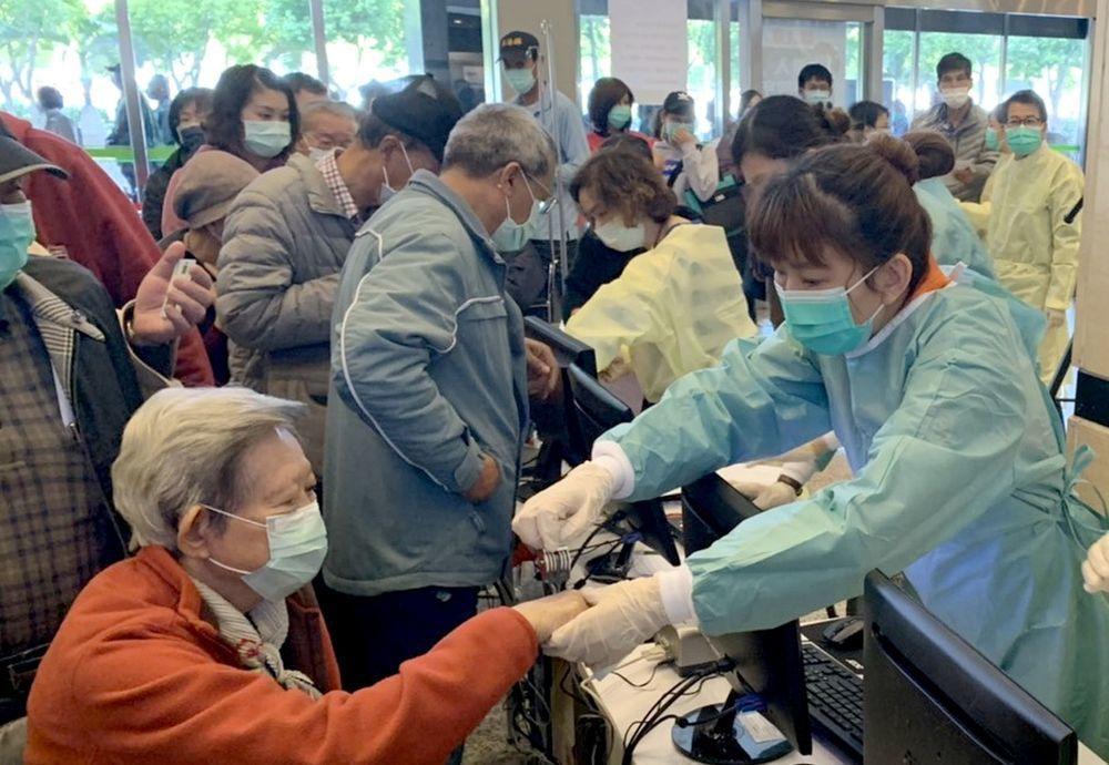 刷健保卡,國人旅遊史無所遁形,高雄長庚2月3日起啟動此一機制,做為防疫第一道防線...
