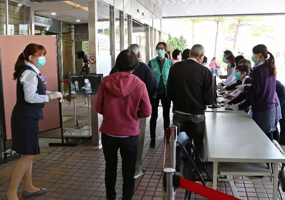 台南市新樓醫院入口處民眾排隊刷健保卡。圖/醫院提供