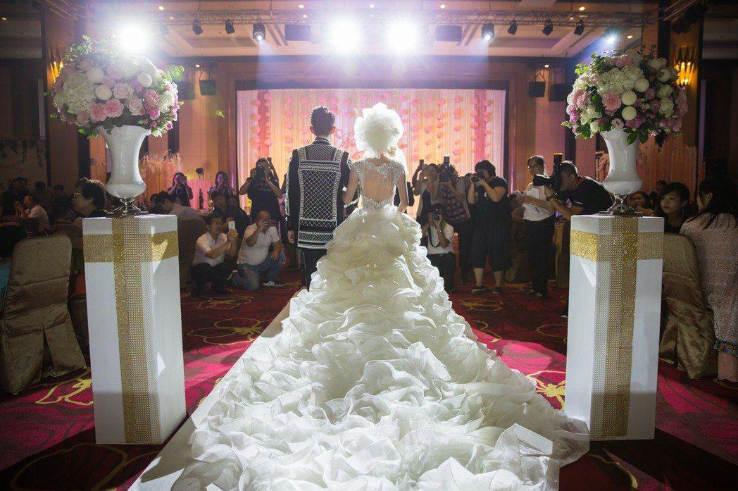 各大飯店的婚宴都出現延後預定潮,很多公部門及公司也取消了春酒團拜,個別退訂達到2...