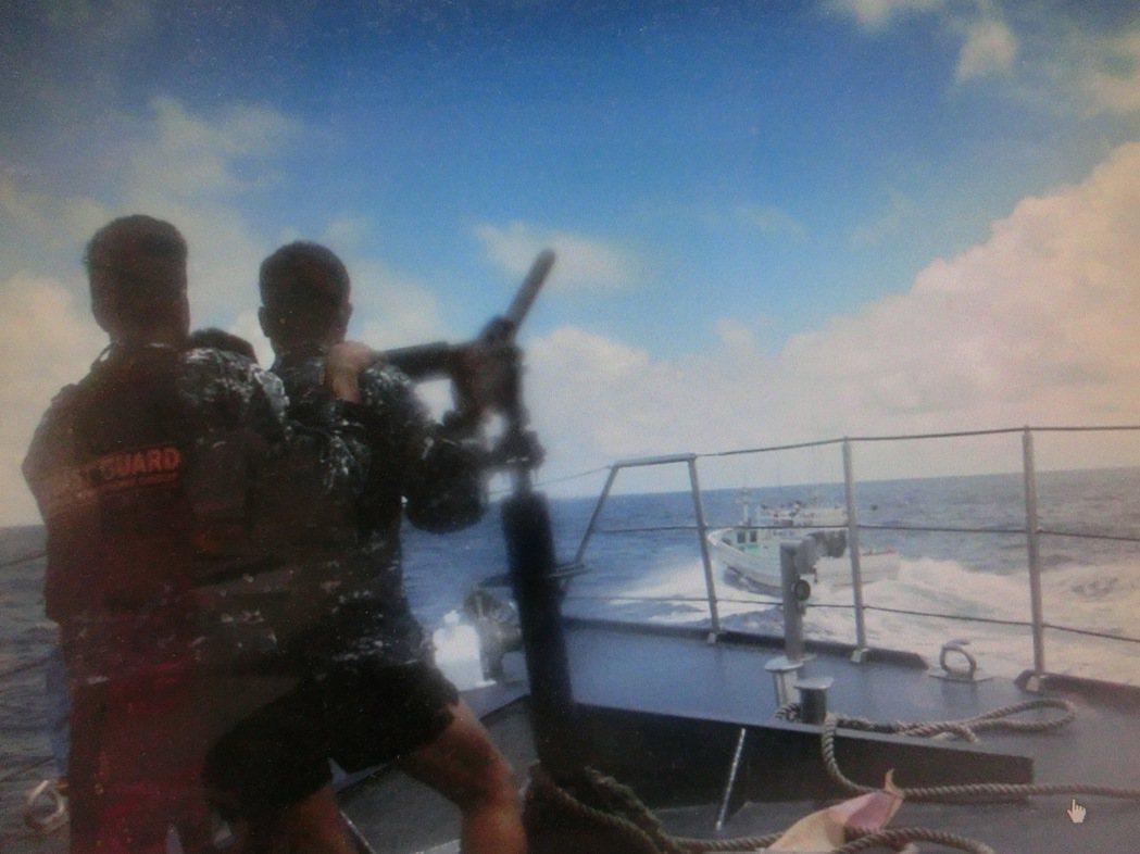 屏東地檢署公布菲律賓海巡人員拍攝槍擊廣大興28號影帶,菲律賓海巡人員穿短褲涼鞋,...
