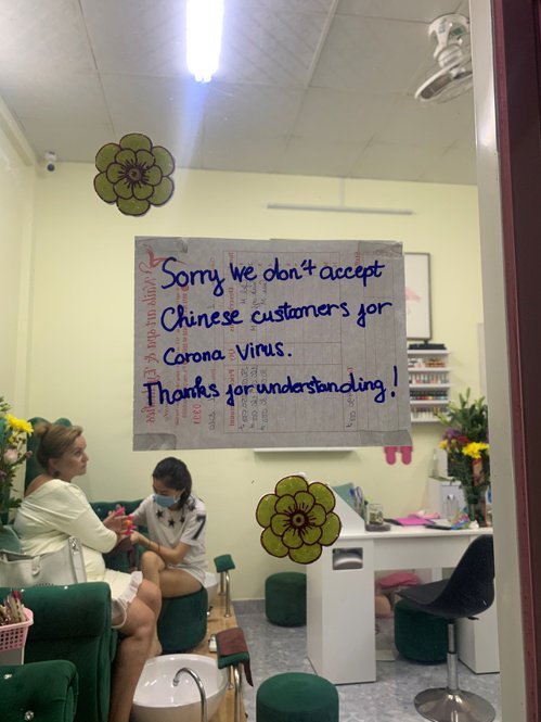新冠肺炎在全球引起恐慌,有些店家公然拒絕接待華人顧客。圖為越南富國島一間美甲吧貼...