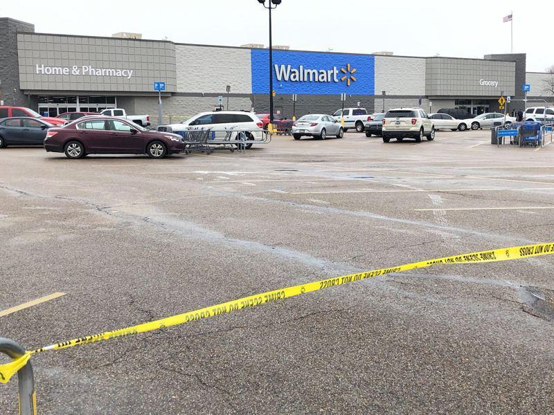 阿肯色州福雷斯特市10日上午,一間沃爾瑪超市傳出槍擊案造成兩名員警受傷,而嫌犯已經身亡。圖為沃爾瑪停車場用黃色封鎖線圍住 。(美聯社)