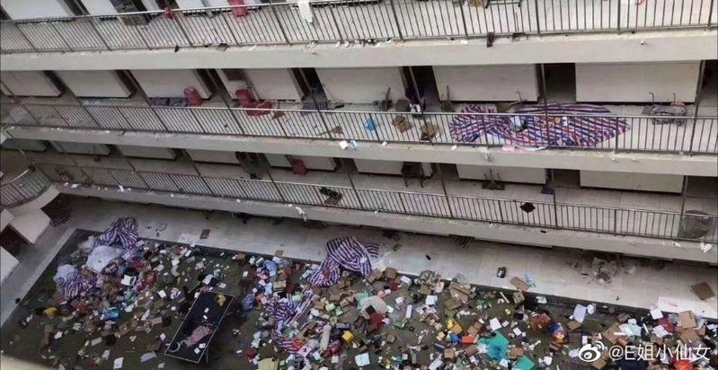 宿舍內學生物品被隨意丟下樓,地上一片狼藉。 取自微博