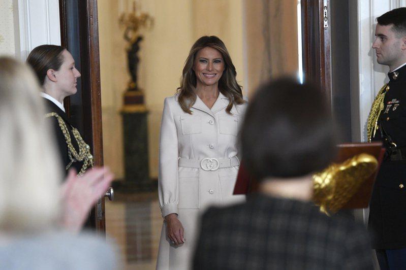 梅蘭妮亞10日在白宮藍廳與各州州長夫人們進行午餐約會。 圖/美聯社