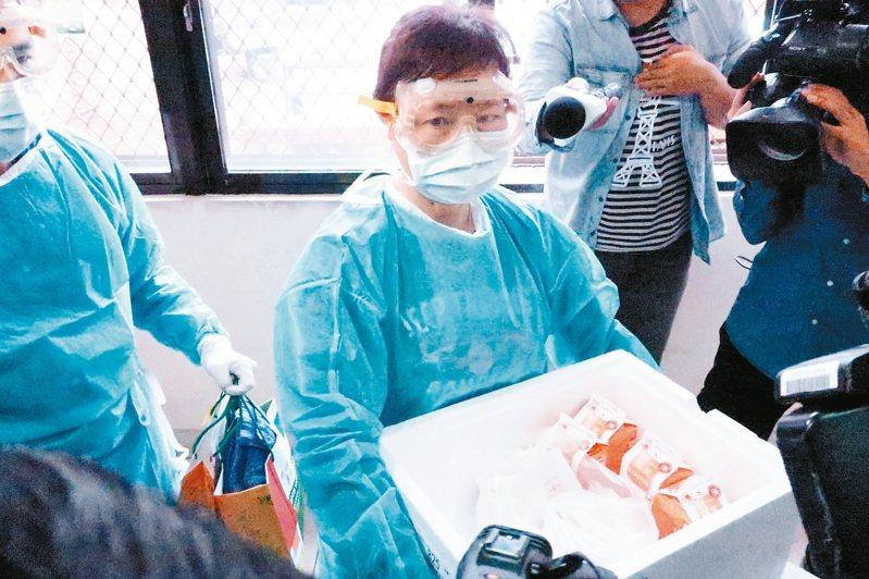 中山大學示範為隔離檢疫學生的送餐流程SOP。 記者徐如宜/攝影