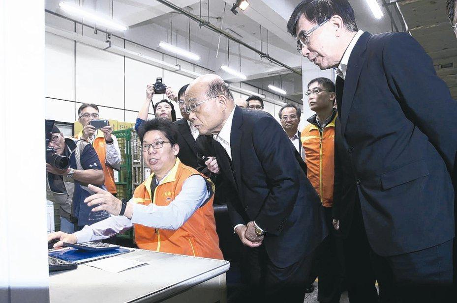 行政院長蘇貞昌(中)上午赴台北郵件處理中心,視察口罩物流程序。 記者林俊良/攝影