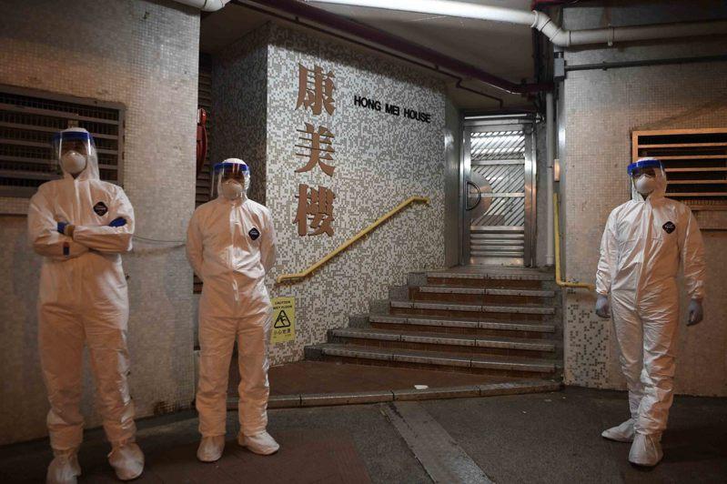 香港衛生部門今(11日)公布,新增7宗武漢肺炎病例,其中兩宗與青衣長康邨康美樓有關,是昨(10日)確診該大樓女住戶的兒子和媳婦。 中新社