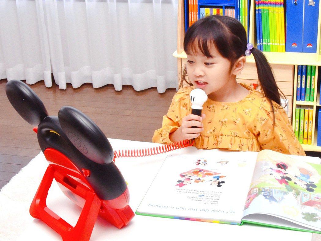 幼兒美語教材業者加贈米奇造型藍光機和原版迪士尼木質書櫃等遊具,提供家長陪伴孩子居...