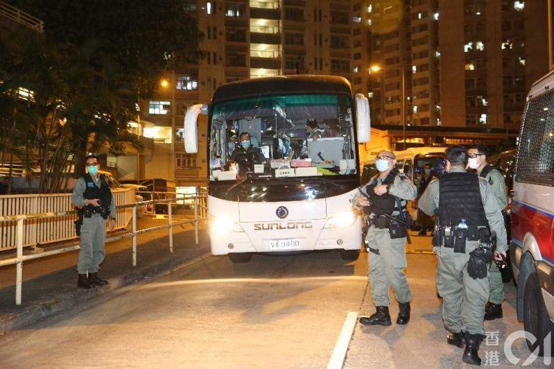 衞生署安排旅遊巴協助康美樓07室住戶撤離。(陳永武攝)