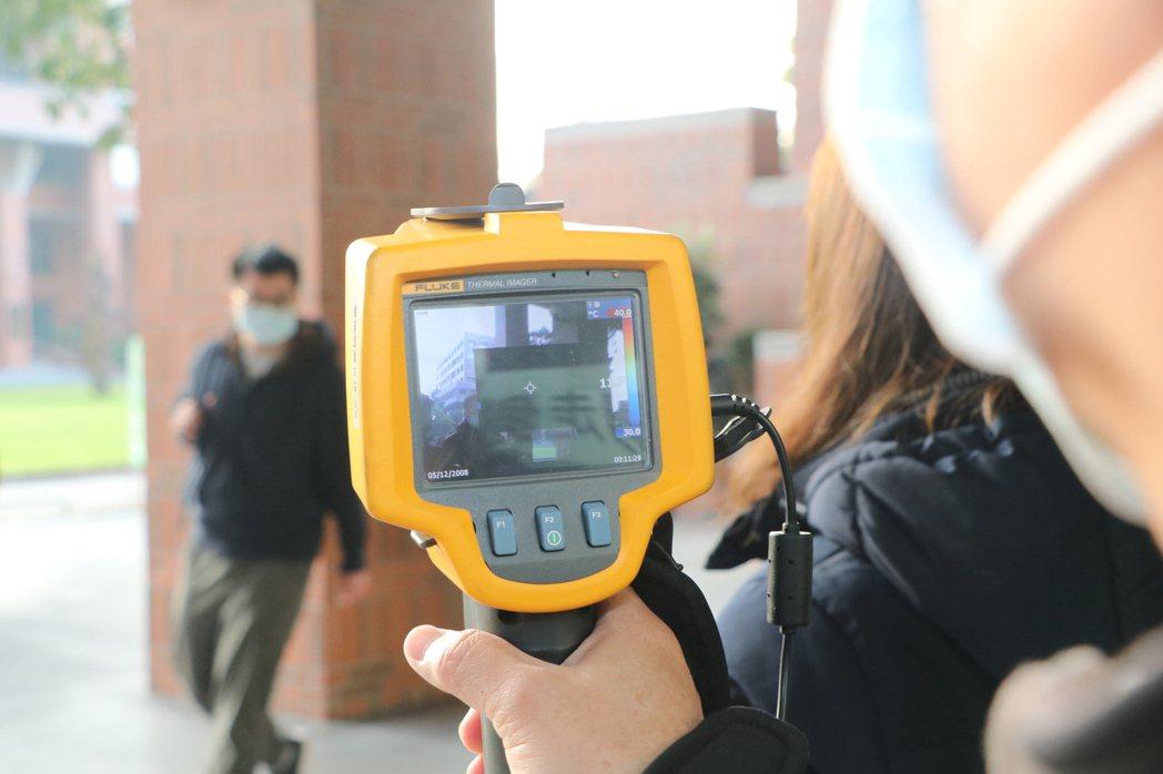 台南成大電機系考區人數多達5百多人,因此除了額溫槍,多增設一台紅外線溫度儀,達到...