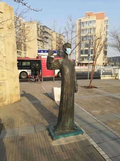 相聲大師馬三立的雕像戴上了口罩。(取材自微博)