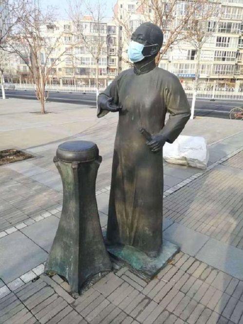 曲藝大師駱玉笙的雕像也戴上了口罩。(取材自微博)