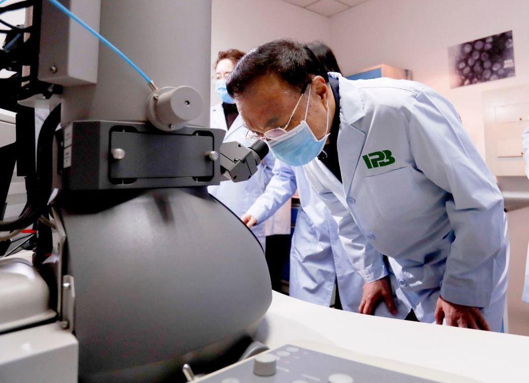 2月9日,中共國務院總理李克強赴中國醫學科學院病原生物學研究所考察。 圖/中新社