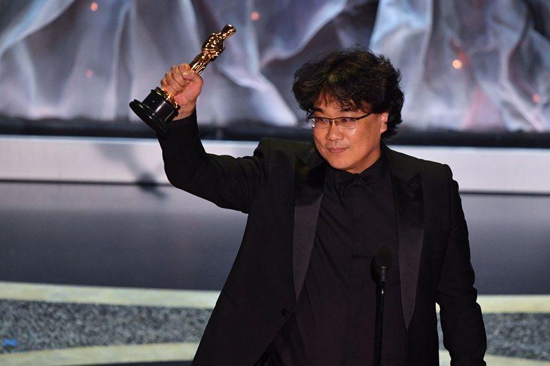 奉俊昊在稍早的金球獎獲獎時,奉勸美國人試著「克服一英吋的字幕障礙」。 圖/法新社