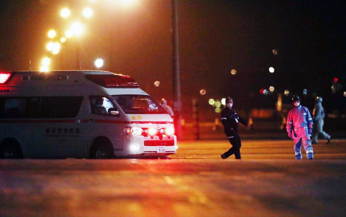 10日晚間,在橫濱港的救護車。 圖/歐新社