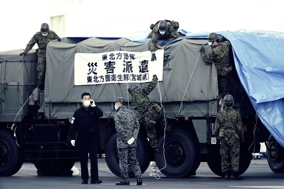 10日,日本自衛隊運送物資到橫濱港。 圖/美聯社