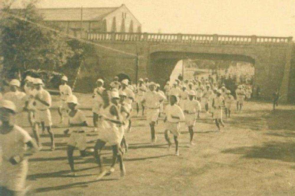 日治時期台南州立台南第二中學校(今台南一中)學生10,000公尺長跑,圖左側可見德慶溪的拱形水隧道。攝於1938年。 圖/取自臺灣古寫真上色x今昔時光機交流團