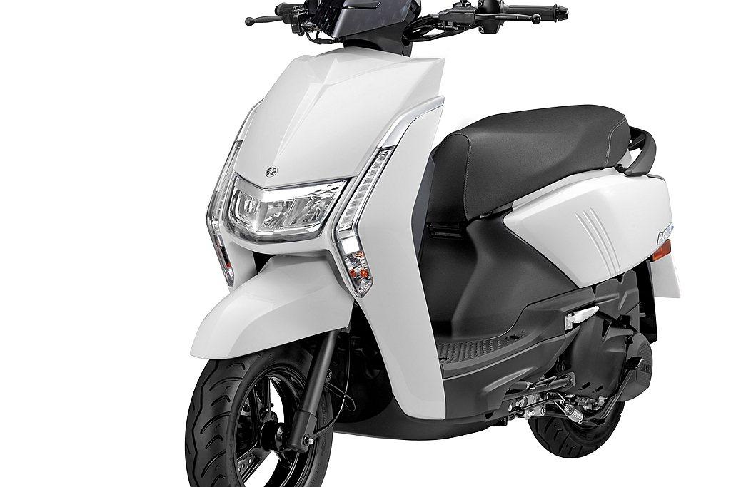 新Yamaha Limi車頭俐落寬扁的V型頭燈,搭配兩側縱向LED定位燈,延續L...