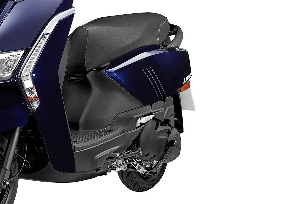 舊款座墊延伸到車尾上揚曲線,在新Yamaha Limi上調整為水平與較和緩的優雅...