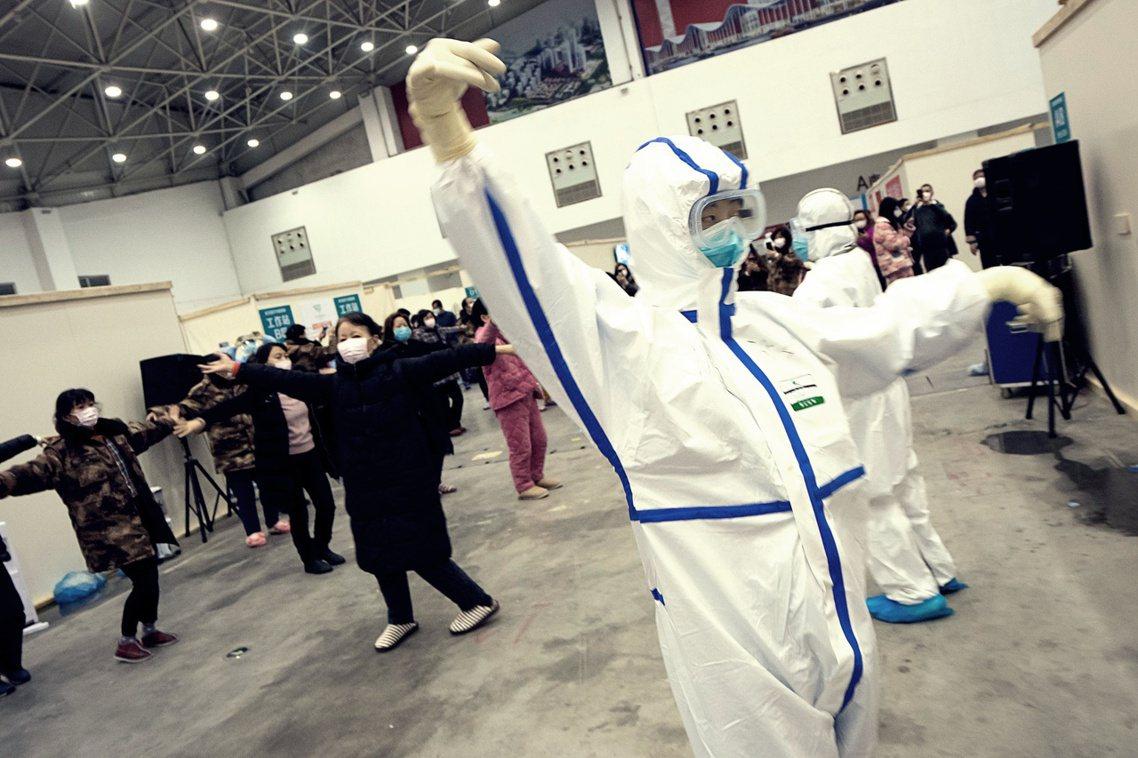 《金融時報》:「習近平或許正在失去統治者的『天命』」。圖為武漢方艙醫院廣場舞。 ...