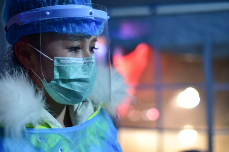 一名檢疫人員在管制點進行疫情防控。 圖/新華社