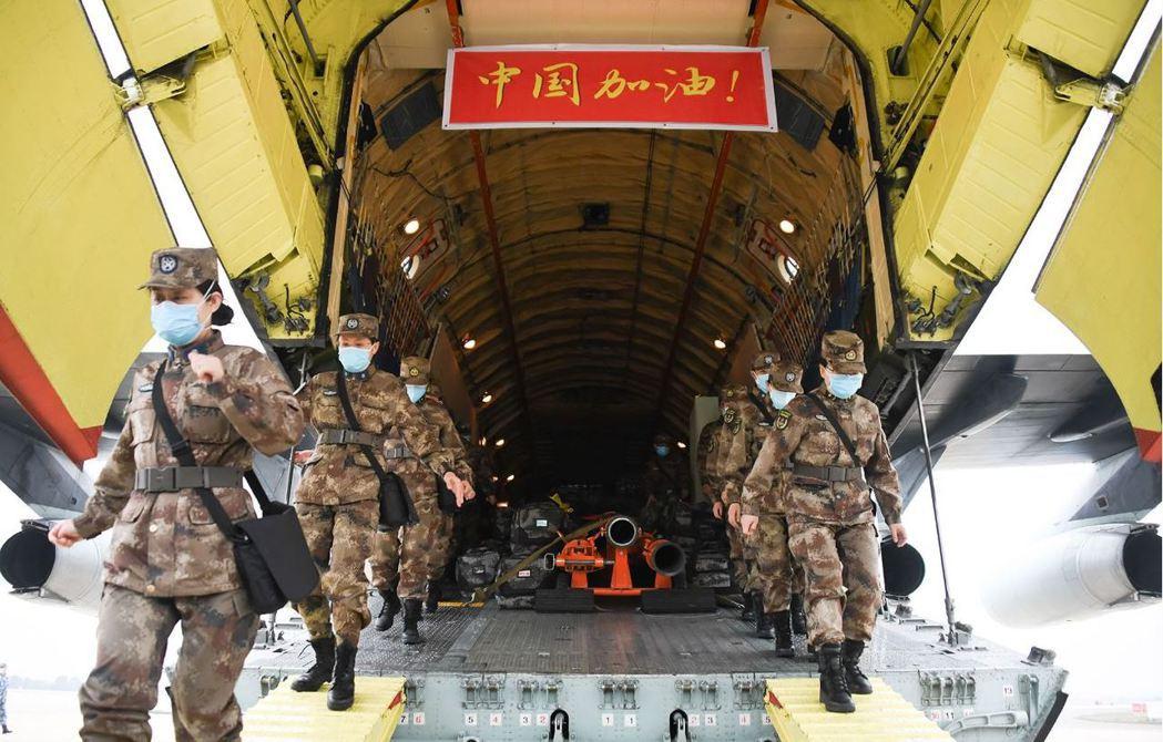 2月2日,8架運輸機緊急空運解放軍支援武漢醫療。 圖/新華社