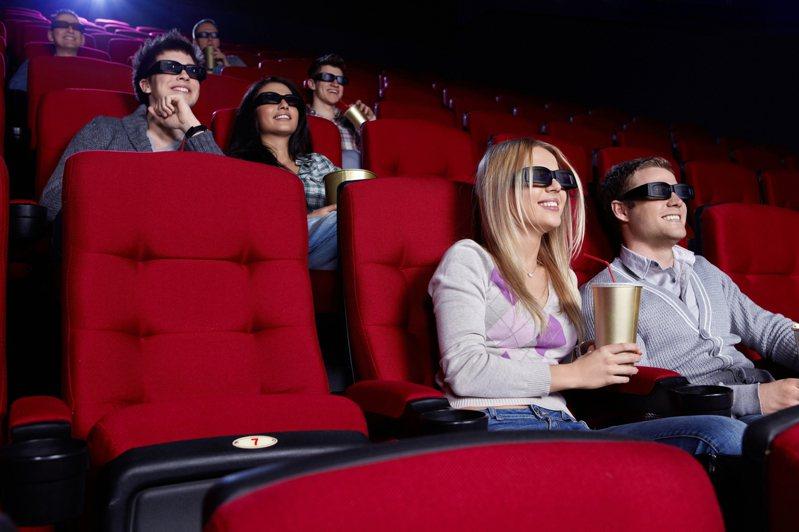 新冠肺炎疫情蔓延,許多民眾外出的意願也隨之下降,讓不少餐飲業及電影院的業績受到衝擊。示意圖/Ingimage