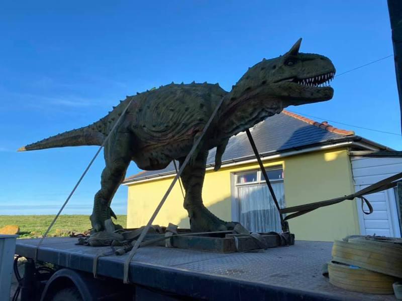 安德烈訂購了恐龍模型,想做為聖誕禮物送給兒子,不料模型的實際尺寸卻相當巨大,令他十分震驚。圖/取自Andre Bisson臉書