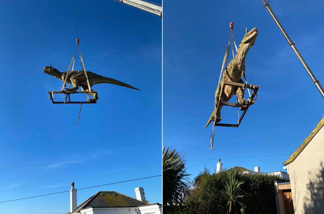 該恐龍模型相當巨大,甚至要動用起重機,才順利將其運送到安德烈家中。圖/取自And...