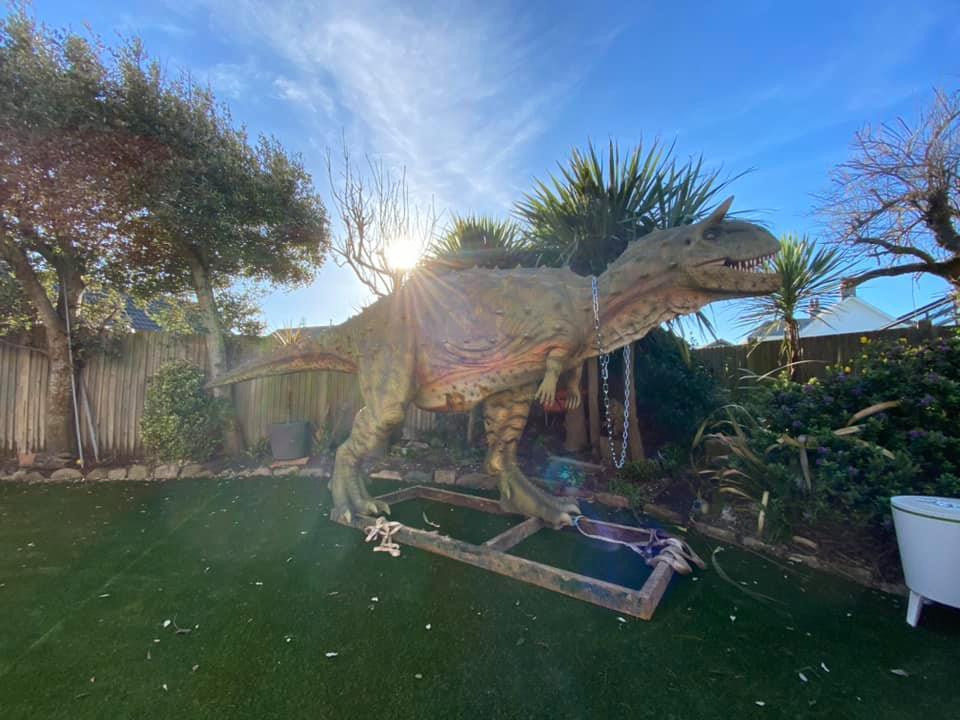 安德烈將恐龍模型擺放在院子裡,更幽默地以「寵物」稱呼牠。圖/取自Andre Bi...