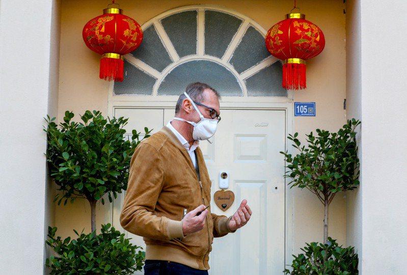 有位法國醫生克萊因(Philippe Klein)放棄2次撤僑機會,他讓妻兒離開武漢後,自己留在當地。 中新社