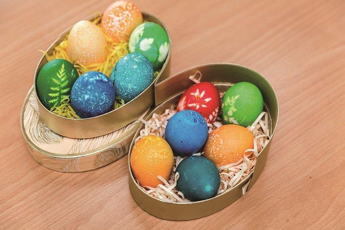 安娜奶奶在20年前開始製作復活蛋,近年也在共居學生的協助下出版了專書。(攝影∕林冠良)