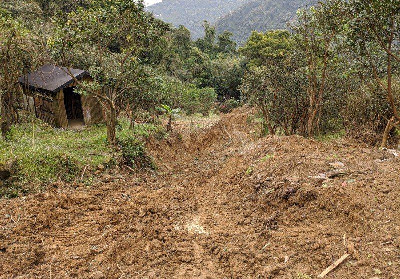 汐止白雲路因為康誥坑溪沖刷,造成沿路的山溝被沖毀,市府農業局也進行災害復建工程。 圖/觀天下有線電視提供