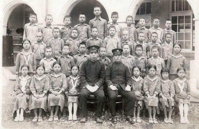 西元1937年,龍肚國小第12屆畢業生與校長六山春英〈第一排黑衣者右邊〉合照留念。圖/龍肚國小提供