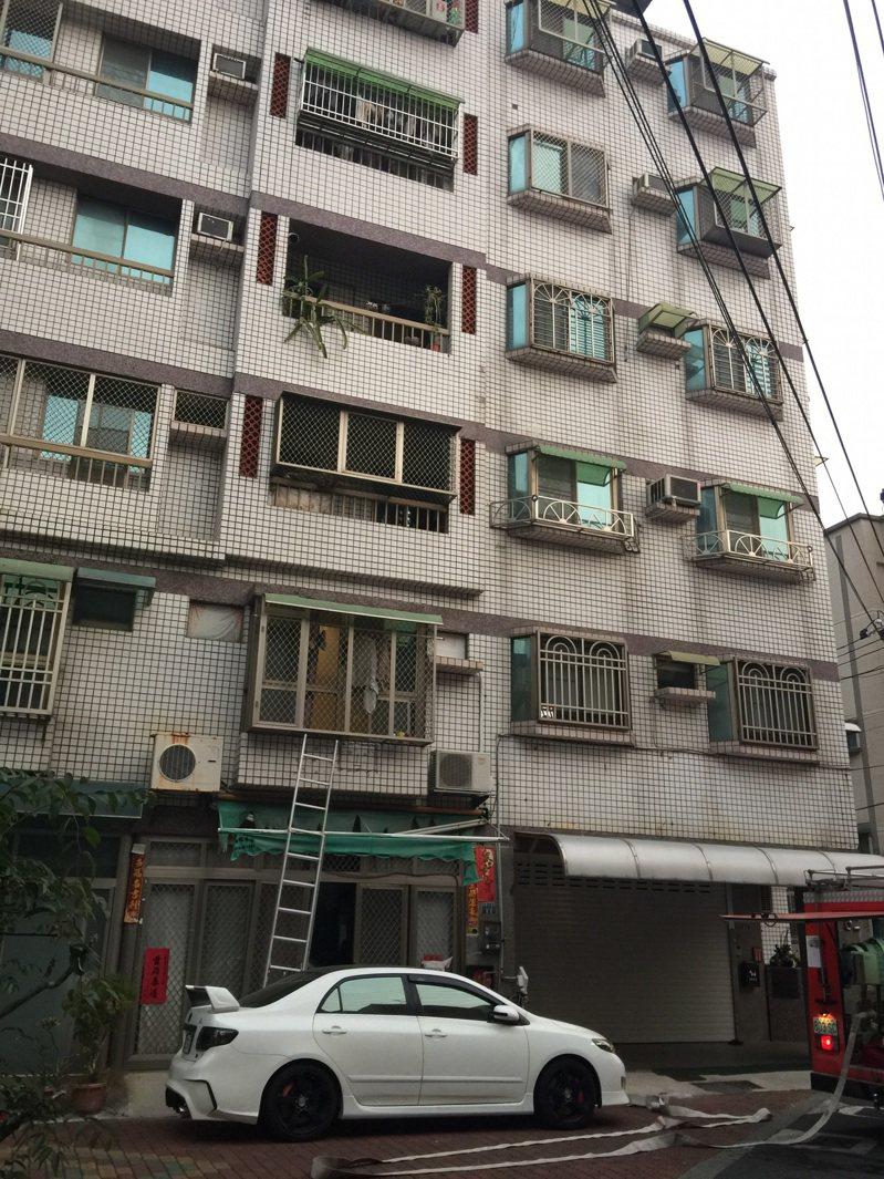 台南市東區崇善十五街公寓大樓一樓起火冒煙,管理員以滅火器滅火。記者黃宣翰/翻攝