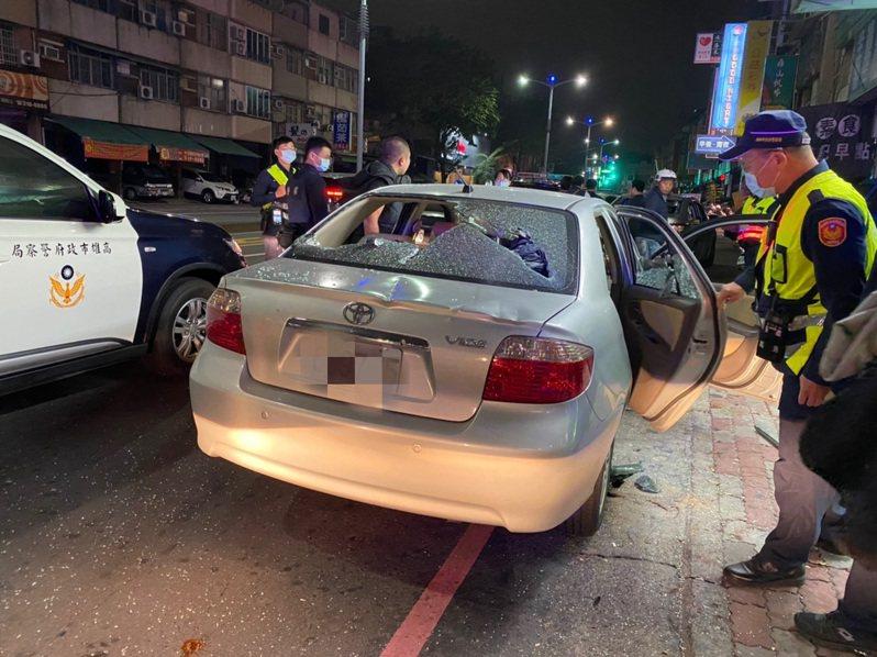 警方今天凌晨趕到滋事現場,發現石姓男子的轎車被砸。記者林保光/翻攝