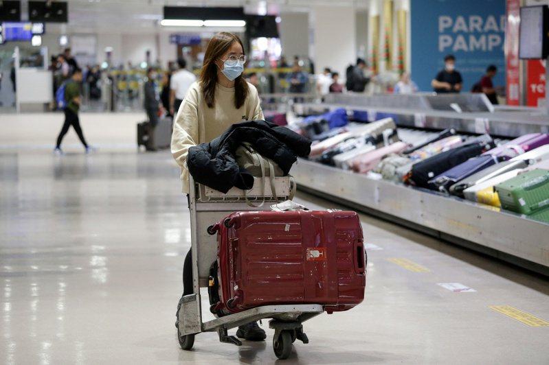 武漢肺炎疫情不斷擴散,菲律賓民航委員會及菲移民局同時於本10日晚間11:30許發佈,為了遵循「一個中國」政策,台灣也被列為禁止入境。 路透社