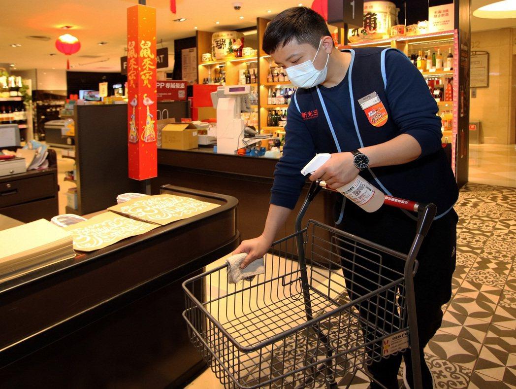 超市手推車使用前後皆消毒。 圖/新光三越提供